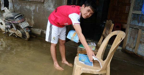 Vùng lũ Thừa Thiên Huế dọn trường, phơi sách chuẩn bị lên lớp