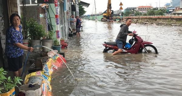 Nhà dân ngập từ đêm tới trưa do cống thoát nước bị nghẽn