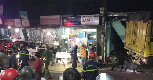 NÓNG: Sau tiếng nổ, xe tải tông xe 7 chỗ, nhiều xe máy rồi lao vào nhà dân, ít nhất 2 người chết