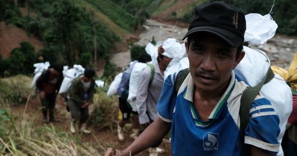 Hàng ngàn người dân, chiến sĩ trèo đèo cõng hàng tiếp tế vùng cô lập
