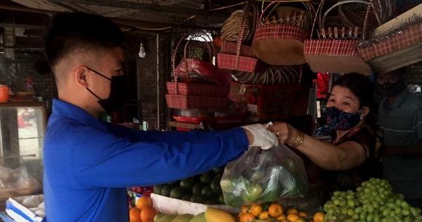 ''Đội shipper áo xanh'' đi chợ giúp bà con miễn phí