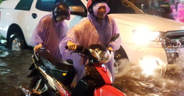 TP.HCM mưa lớn, người dân lội biển nước mênh mông về nhà