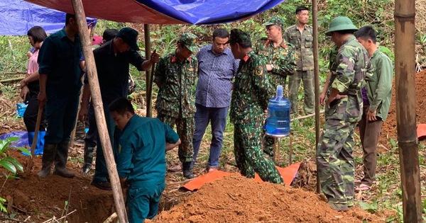 Khai quật mộ 13 liệt sĩ ở Bắc Kạn: Không thấy hài cốt, chỉ có bát, lược, cúc áo…