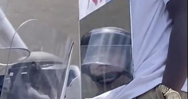Vì sao người biểu tình ở Mỹ đeo gương trước ngực?