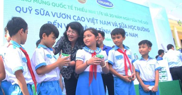 Phó chủ tịch nước Đặng Thị Ngọc Thịnh tặng sữa cho thiếu nhi Quảng Nam