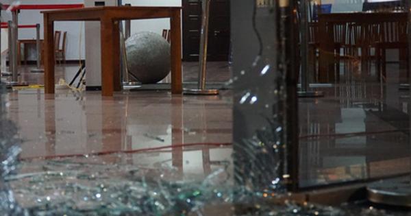 Ôtô húc văng bi đá phá nát cửa kính Trung tâm hành chính TP Đà Nẵng
