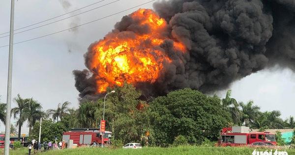 Nhiều thùng hóa chất bị nổ trong vụ cháy kho ở Long Biên, có hóa chất rò rỉ ra ngoài
