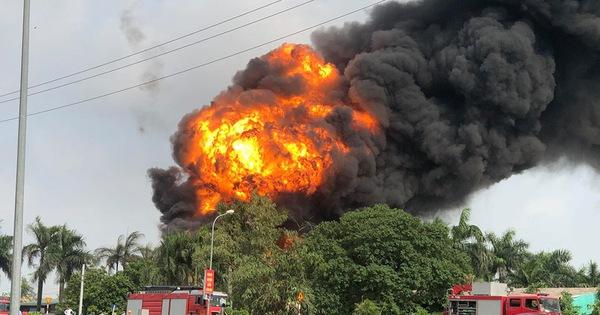 Đang cháy dữ dội kho hóa chất ở Hà Nội