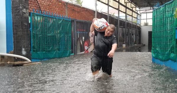 Mưa như trút nước, người dân lấy bao cát chắn nước tràn vào nhà
