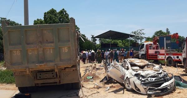 Xe tải lật đè xe hơi bẹp dúm, 3 người chết