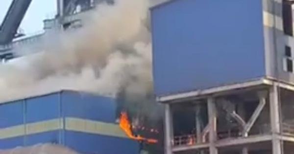 Cháy, khói ngùn ngụt tại khu liên hợp sản xuất Gang thép Hòa Phát Dung Quất