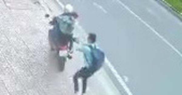 Hai tên cướp dùng dao, xịt hơi cay tấn công nam thanh niên để cướp điện thoại
