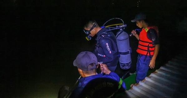 Bé trai 3 tuổi rơi từ sà lan xuống sông mất tích
