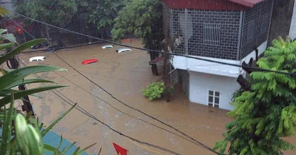 Mưa lớn ở Hà Giang, hàng loạt xe hơi trôi bồng bềnh trong nước