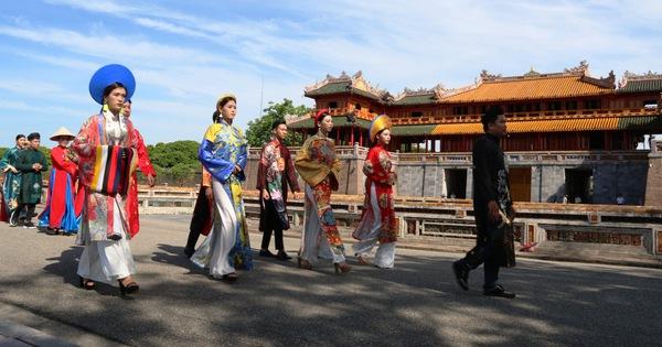 Áo dài diễu phố tri ân chúa Nguyễn Phúc Khoát