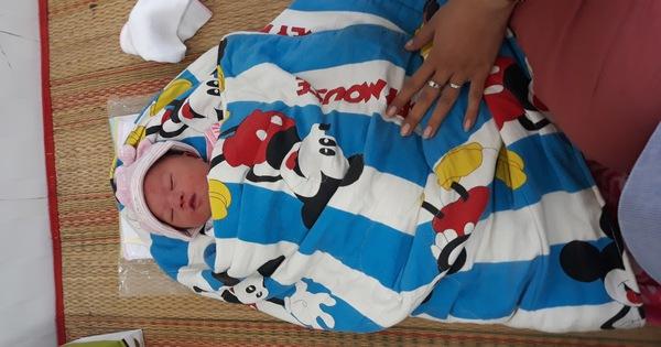 Bé trai sơ sinh chưa cắt rốn bị bỏ rơi giữa khuya trước cổng trạm y tế