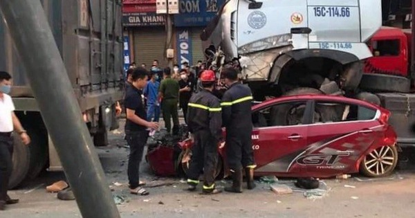 Ôtô dừng đèn đỏ bị xe container lao tới chồm lên nóc đè bẹp, 3 người chết