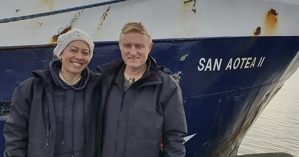 Bị mắc kẹt vì COVID-19, cặp vợ chồng quá giang tàu cá vượt 5.000 hải lý về nhà