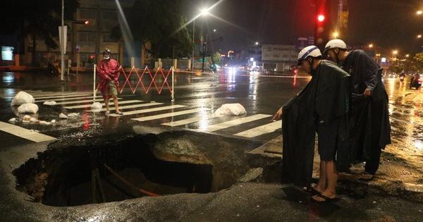 Trong đêm mưa lớn nhất từ đầu năm, ngã 4 Nguyễn Oanh - Phan Văn Trị sụp một hố lớn