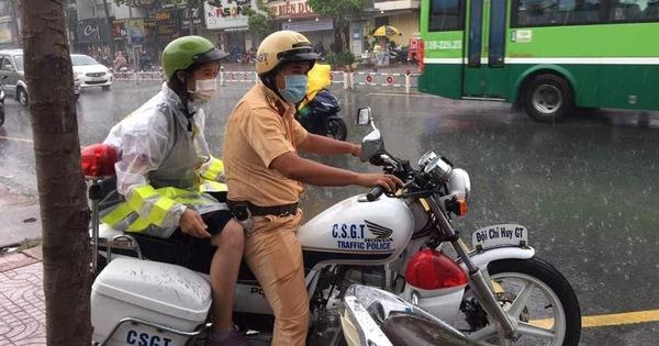Nhường áo mưa cho thí sinh, chiến sĩ CSGT ''nhớ thời mình đi học''
