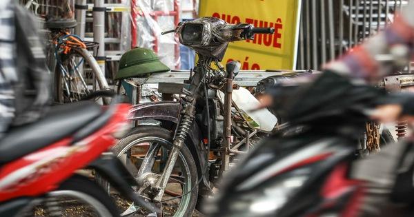 Xe máy 'phế liệu' nhả khói đen, chở hàng cồng kềnh trên phố Hà Nội