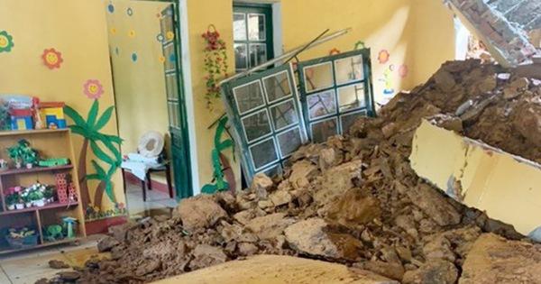 Sạt lở đất làm sập phòng học: Mượn nhà dân làm phòng học tạm