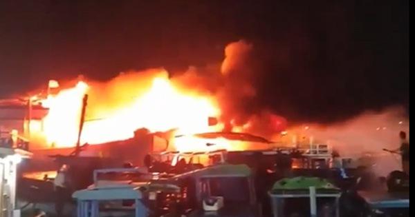 Cháy rụi 3 chiếc tàu neo ở cảng cá Đá Bạc - Cam Ranh - xổ số ngày 07122019