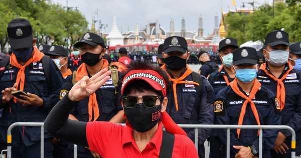 Thái Lan dọa ''xử'' người gắn bảng ''đất nước thuộc về dân'', thách thức hoàng gia