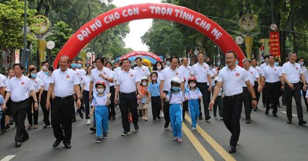Phó thủ tướng Trương Hoà Bình đi bộ vận động