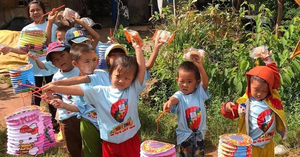 Trẻ em nghèo vui mừng nhận bành trung thu do sinh viên làm