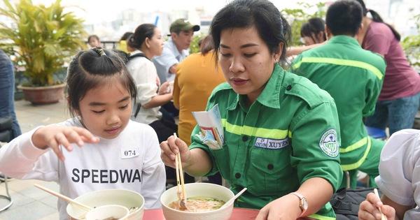 Tiệc tất niên ấm áp của gia đình công nhân môi trường