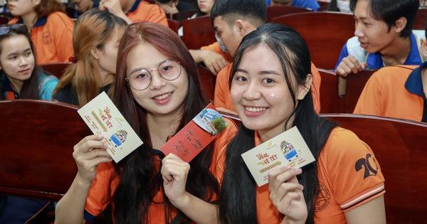 Những chuyến xe đưa sinh viên về quê ăn Tết bắt đầu lăn bánh