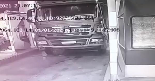 Xe tải tự trôi chèn chết tài xế trên cao tốc