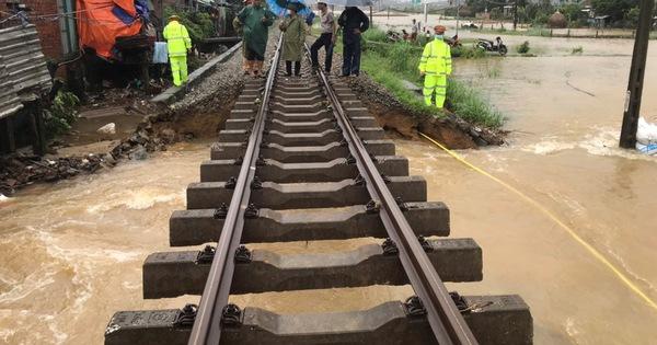 Đường sắt qua Quảng Nam 'trơ xương' nhiều đoạn do mưa lũ