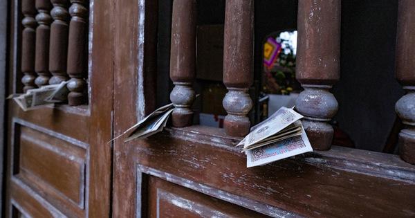 Đền chùa Hà Nội đóng cửa, người hành hương vái vọng, nhét tiền qua khe cổng
