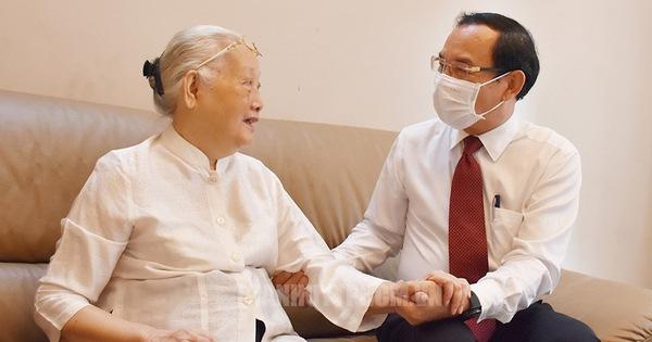 Bí thư Thành ủy TP.HCM Nguyễn Văn Nên thăm cán bộ y tế tiêu biểu