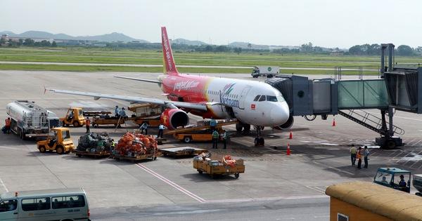 Máy bay móp cánh vì đụng xe thang tại Tân Sơn Nhất