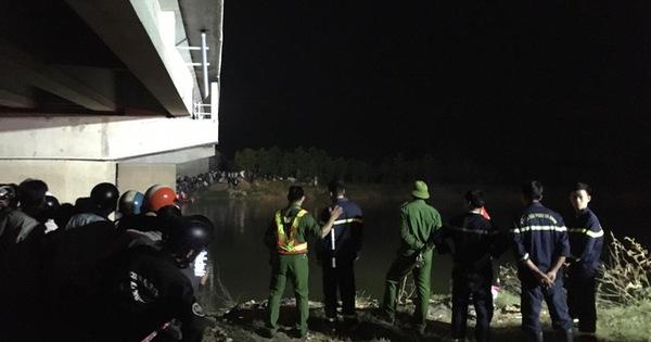 Ô tô va chạm 2 xe máy điện, 2 học sinh văng xuống sông, 1 em chết