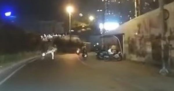 Cảnh sát giao thông 'giơ chân' khiến người đi xe máy té ngã