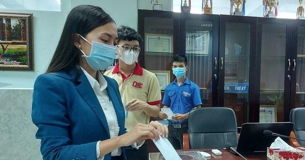 Thầy trò đại học Nam Cần Thơ tham gia đóng góp vắc xin COVID-19 cho dân nghèo