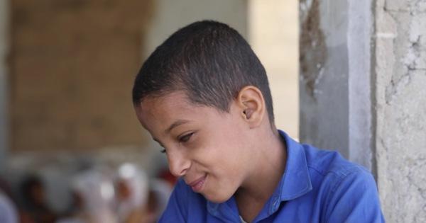 Giữa chiến tranh loạn lạc, cậu bé mù 9 tuổi đứng lớp dạy học thay thầy cô