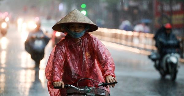 Nửa đêm Hà Nội mưa dông sấm chớp, hai ngày cuối tuần Bắc và Nam Bộ mưa dông cục bộ