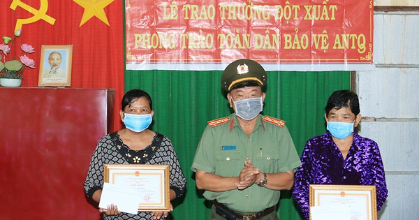 Công an khen thưởng 2 phụ nữ dùng tay không bắt cướp có dao