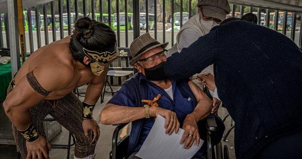 Mexico mời đô vật trấn an người già đi tiêm vắc xin COVID-19