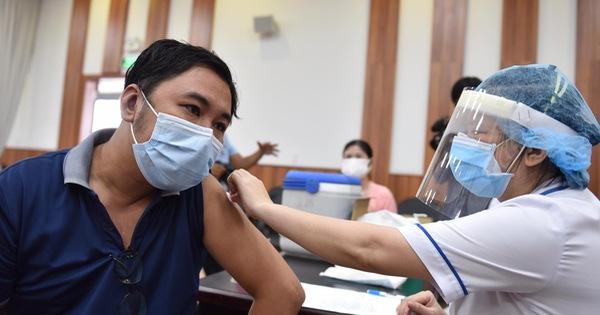 Hàng ngàn công nhân TP.HCM tiêm vắc xin COVID-19 trong ngày chủ nhật