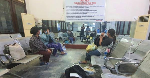 4 mẹ con đạp xe về Nghệ An đang chờ tàu về quê
