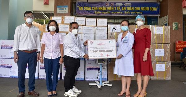 Trao thiết bị y tế hỗ trợ chống dịch cho các bệnh viện