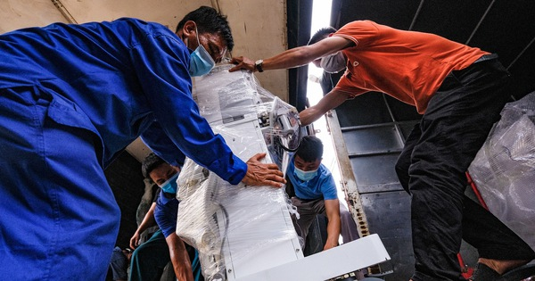 Tàu chở hàng trăm thiết bị y tế của trung tâm hồi sức lớn nhất miền Bắc vào TP.HCM chống dịch