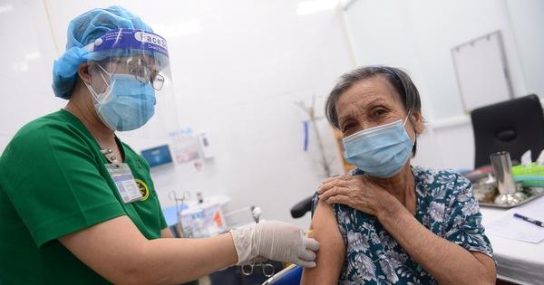 Đã có 150.000 người trên 65 tuổi và mắc bệnh nền tại TP.HCM được tiêm vắc xin COVID-19