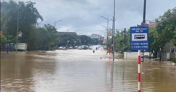 Mưa lớn kéo dài, quốc lộ 1 đoạn qua Hà Tĩnh chia cắt cục bộ